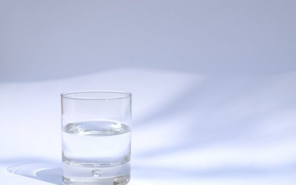 Geef je kind water, waarschuwt Voedingscentrum, want drinkpakjes zitten vaak boordevol suiker
